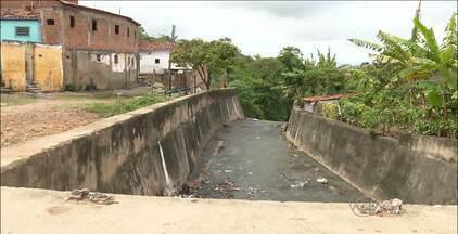 Homem é encontrado morto em córrego em Campina Grande - A vítima seria usuário de drogas, o que pode ter motivado o crime.