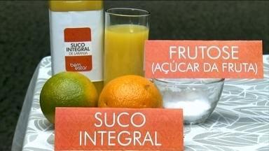 Entenda a diferença entre o suco, néctar e refresco - A diferença é que um tem mais fruta e outro tem menos. O suco tem 100% da fruta, sem adição de água, corante e conservante. Pode ser chamado também de suco integral.