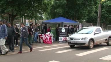 Professores começam a semana acampados em frente às escolas - Esse é um dos destaques do Paraná TV desta segunda-feira.
