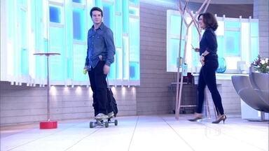Baianos criam mochila que se transforma em skate - Ivo Machado, Hugo e Felipe criaram uma alternativa para escapar de congestionamentos