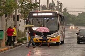 Passageiros ficam confusos com interdição da avenida Ricieri José Marcato, em Mogi - A via está interditada na passagem em nível desde o sábado (30).