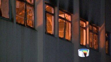 Incêndio atinge fábrica de autopeças em Caçapava, SP - Segundo Bombeiros, fogo tomou conta do setor de forros na fábrica.