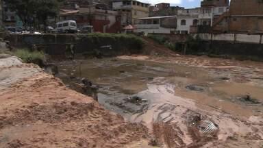 Limpeza em terreno do Atakarejo é interrompida no bairro de Amaralina, em Salvador - O problema, segundo os moradores, já dura seis anos.