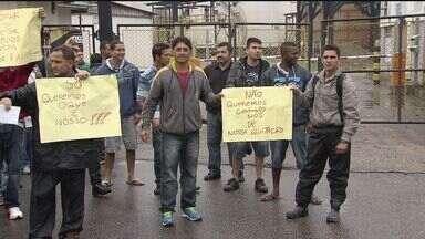 Trabalhadores de uma prestadora de serviços da Vopak realizam protesto na Alemoa - Os trabalhadores fizeram um protesto em frente ao portão da empresa. Eles foram demitidos no mês passado, mas não receberam os direitos.
