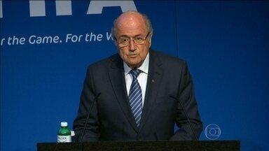 Quatro dias depois de ser reeleito, Joseph Blatter anuncia que vai deixar cargo na Fifa - Ele botou o cargo à disposição e convocou novas eleições para a presidência da Fifa, quatro dias depois de ter sido reeleito para o 5º mandato consecutivo.