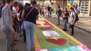 Fiéis percorrem as ruas de Curitiba na celebração de Corpus Christi. - Mais de 2 mil voluntários ajudaram a fazer 86 tapetes.