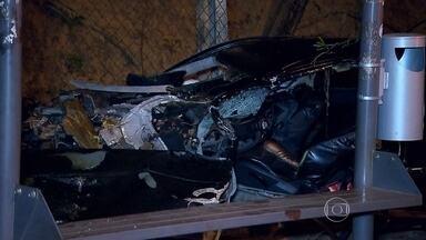 Jovem de 22 anos morre após bater violentamente na Avenida Antônio Carlos, em BH - O carro ficou destruído. O motorista bateu em uma placa de trânsito, duas árvores e no alambrado da Universidade Federal de Minas Gerais. A polícia suspeita que o condutor estava em alta velocidade.