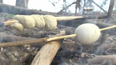 Aprenda a fazer pão de caçador e ovo no espeto - Receita simples e prática para quem está em meio a floresta.
