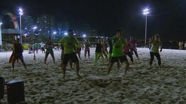 Manauenses lotam Praia da Ponta Negra durante feriado em Manaus - Houve casos de pessoas que se arriscaram na água.