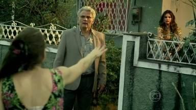 Carolina descobre que Rogério tem outra família - Ela e sua amiga pegam o carro, após ela achar uma correspondência no bolso do marido