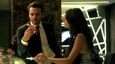 Alexandre e Samia se encontram em restaurante e passam a noite juntos - Alex pede uma noite de despedida antes da viagem. Samia diz sentir falta de carinho.