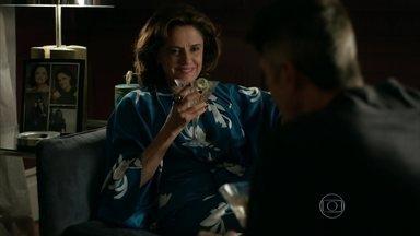 Fanny comenta com Anthony que acredita que Angel lhe renderá um bom dinheiro - Empresária critica o comportamento de Carolina. Anthony pede dinheiro para a amante e diz que é para ajudar Fábia