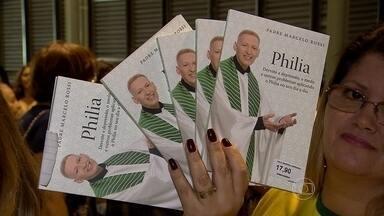 Padre Marcelo Rossi lança livro 'Philia' em Belo Horizonte - Obra apresenta superação de problemas por meio do amor fraterno.