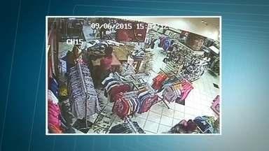 Mulher furta loja e abandona filha de 3 anos durante fuga em Jundiaí - Quatro mulheres furtaram uma loja no centro da cidade. Uma delas levou a filha de três anos. Os seguranças perceberam a ação e tentaram pegar o grupo. Para não ser presa, a mãe da menina fugiu e abandonou a filha no local.