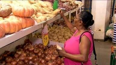 Alimentação é grupo que mais pesa na inflação apurada pelo IBGE - Em SP, alimentos in natura subiram em média 16% desde o início do ano. Altas de água e esgoto, energia e combustíveis afetaram preço do frete.