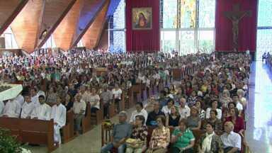 Fiéis lotam catedral de Londrina nas homenagens ao padroeiro - Teve missas e muita comida típica.