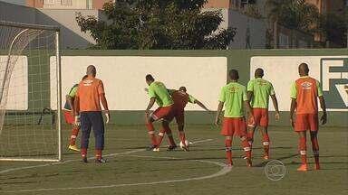 Desfalcado na defesa, Náutico vai ao ataque diante do Atlético-GO - No duelo que acontece no Serra Dourada, Timbu terá Bruno Alves no lugar de Willian Magrão