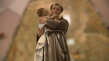 Santo Antônio é festejado como santo casamenteiro, saiba o porquê - Padre da igreja Santo Antônio, em Campina Grande, conta a história desse santo tão festejado no período junino.