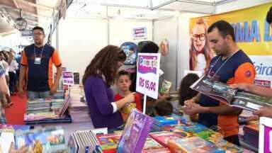 Feira do Livro reúne apaixonados por leitura em Resende, RJ - Durante o evento, público também aproveitou para conversar com autores renomados.