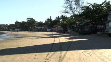 Prefeitura de Vila Velha faz parceria para conter erosão em praia, no ES - Orla da praia de Ponta da Fruta foi atingida por maré alta.Dono de quiosque conta que movimento ainda não normalizou.