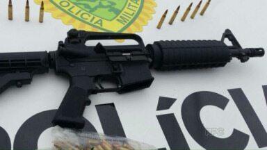 Polícia apreende fuzil que estava jogado em um terreno baldio de Foz - A arma estava dentro de uma bolsa.