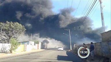 Incêndio assusta moradores do Jardim Imperial em Atibaia, SP - Vídeo foi enviado pelo Vanguarda Repórter.