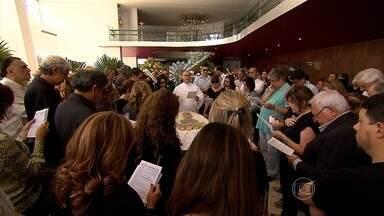 Despedida do compositor Fernando Brant emocionou centenas de pessoas em Belo Horizonte - O corpo do escritor, compositor e jornalista foi velado no Palácio das Artes, na capital.