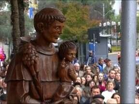 Feriado de Santo Antônio reúne milhares de fiéis em Bento Gonçalves - Programação teve missas e procissão pelo centro da cidade, além de distribuição de pãezinhos.