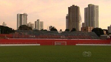Diretoria do Vila Nova amplia o estádio Onésio Brasileiro Alvarenga - Arquibancadas móveis são colocadas para os jogos do time na Série C do Campeonato Brasileiro.