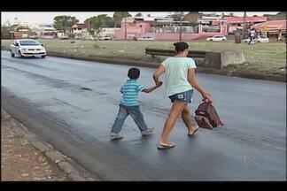 Moradores do Bairro Taiaman em Uberlândia seguem arriscando em travessia perigosa - Obra na BR-365 estão parada há anos. Dnit disse que está esperando verba para dar início às intervenções.