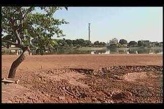 Moradores cobram continuidade nas obras em lagoa de Patos de Minas - Drenagem foi feita para limpeza devido a assoreamento na lagoa. Máquinas no local estão paradas; Prefeitura explicou situação.
