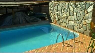 Bebê de 1 ano morre após se afogar em piscina de casa durante festa - Segundo a polícia, mãe deixou criança no carro e foi preparar mamadeira.Delegada disse que irá investigar se houve negligência, em Anápolis, GO.