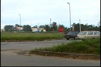 Motoristas reclamam de más condições de trevo em Divinópolis - Mato cobre a visão dos motoristas e não há sinalização.Dnit informou em nota que o trabalho de capina será feito.
