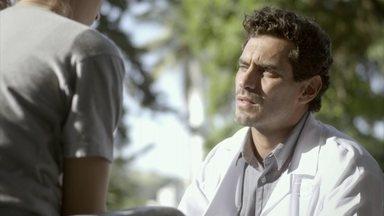 Germano desconfia de Lobão e questiona Nat - O médico pergunta para a lutadora se o suposto namorado dela a maltratava