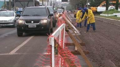 Motoristas reclamam de obras na avenida Brasil - Obras fazem parte do plano de revitalização e vão até dezembro de 2016.