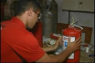 Atrasos em entregas de extintores provocam prejuízos ao comércio em Araxá - Vendedores afirmam que perdem clientes porque fabricantes não entregam produto. Prazo para trocar o item poderá ser prorrogado