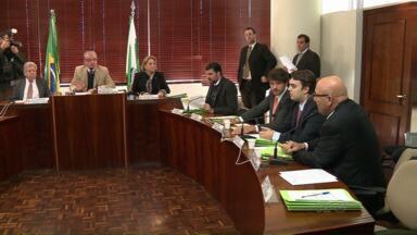 Adiada mais uma vez a votação da proposta de reajuste dos servidores estaduais - A emenda ao projeto de lei, apresentada por deputados da oposição, foi rejeitada pela comissão de constituição e justiça da Assembleia Legislativa.