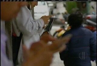 Escola de Petrópolis, RJ, promove brincadeira para refletir o uso constante de celulares - Brincadeira é através de charges com situações bizarras.