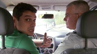 Repórter André Curvello mostra os perigos da distração ao volante - Ele deu uma volta de carro com o instrutor de direção defensiva Elton Charles para mostrar os riscos