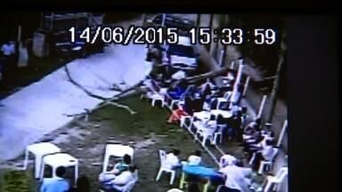 Árvore cai durante festa de noivado em chácara em Piedade - Os 180 convidados aguardavam os noivos quando uma árvore, com quase 20 metros de altura, da chácara vizinha, caiu. Quatro mulheres ficaram feridas. Uma das vítimas teve traumatismo craniano.