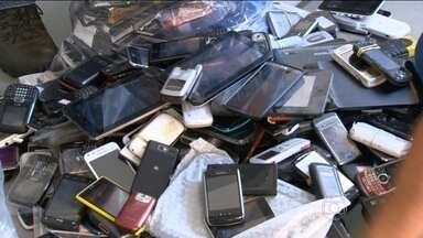 Roubo de celulares dispara no Rio de Janeiro - Os principais pontos de venda dos aparelhos roubados ficam a poucos metros dos locais onde agem os bandidos. Nos primeiros cinco meses deste ano, o crescimento do crime no estado foi superior a 75%.