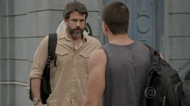 Gael e Duca iniciam sua busca por Cobra e Jade - Os dois entram no carro sem saber que Pedro e Karina estão escondidos na mala