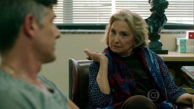Fábia fica indignada com a quantidade de exames que o médico pede - Anthony fica constrangido com o comportamento da mãe