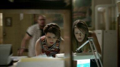 Marlene descobre dívidas de seu pai - A dona do salão entra em desespero com as contas