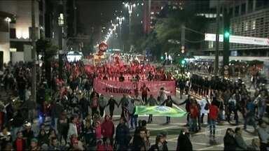 Protesto reúne centrais sindicais, estudantes e integrantes de movimentos sociais - Os manifestantes, que ocuparam faixas da Avenida Paulista, em São Paulo, exigiam lançamento do Programa Minha Minha Vida 3 e a liberação dos recursos para moradia popular.