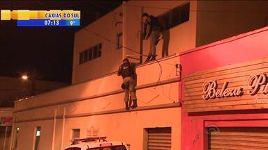 Polícia escala prédios atrás de ladrão que assaltou joalheria em Gravataí, RS - Homem entrou na loja por uma janela.