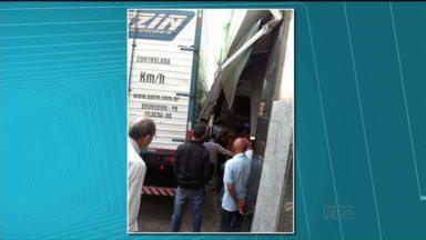 Acidente assusta pedestres e comerciantes no centro de Londrina - Motorista perdeu o controle do caminhão, invadiu a calçada e atingiu a frente de algumas lojas.