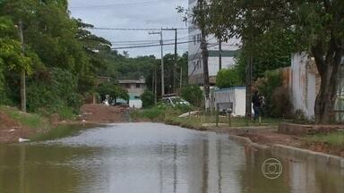Após dia de alagamentos, água demora a baixar em bairros do Grande Recife - Moradores de Jardim Atlântico enfrentaram muito sufoco.