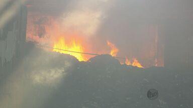 Incêndio em depósito irregular de lixo hospitalar deixa população preocupada em Caldas - Incêndio em depósito irregular de lixo hospitalar deixa população preocupada em Caldas