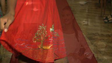 Rio São Francisco vira inspiração para bordados da Associação de Artesã de Penedo - Peças foram apresentadas em um desfile realizado pelas bordadeiras. Elas desfilaram com as roupas.